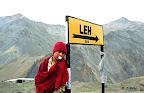 Laddakh. Un moine de la lamaserie de Lamayoru prend un l'air...