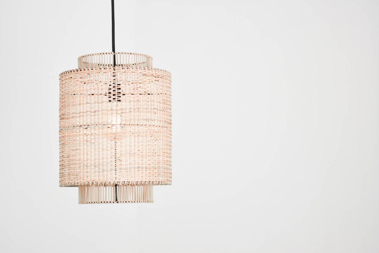Luminária pendente de fibra natural.