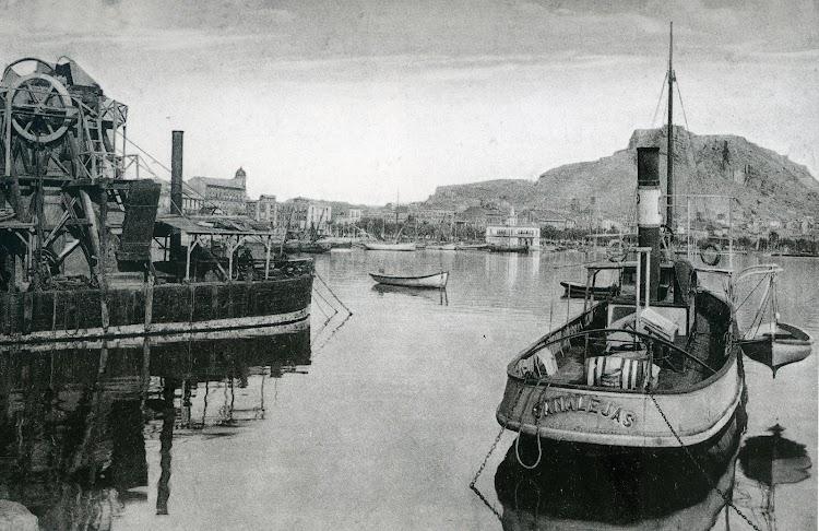 Remolcador CANALEJAS en el puerto de Alicante. Foto del libro HISTORIA GRAFICA DEL PUERTO DE ALICANTE.jpg