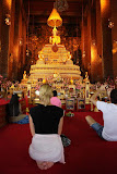 Huge golden altar in Wat Pho temple (© 2010 Bernd Neeser)