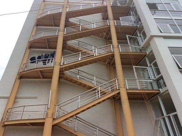 Tuân thủ các tiêu chuẩn thiết kế thang thoát hiểm mang lại nhiều lợi ích khác nhau