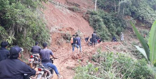 Tanah Longsor, Warga Sarambu Lilikira Terjebak Berlumuran Lumpur