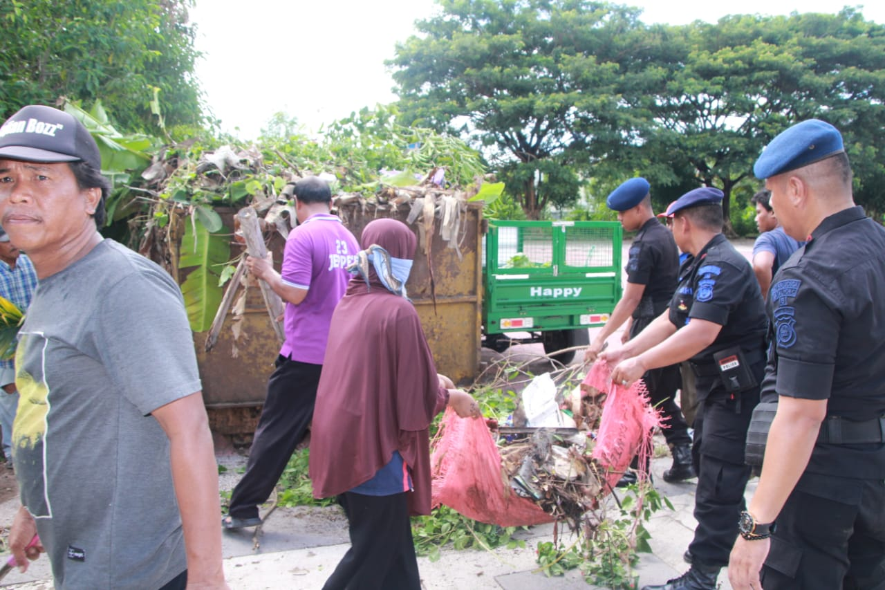 Peduli Kebersihan Lingkungan, Brimob Bone Korvey Alun-alun Kota Bone