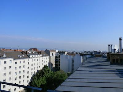 Das aktuelle Wetter in Wien-Favoriten am 19.05.2015  Der vorerst letzte schöne Tag für mindestens eine Woche! Zunächst scheint noch die Sonne von einem mehr oder weniger strahlend blauen Himmel, doch die Wolken am Horizont versprechen nichts Gutes. Schon zu Mittag, spätestens jedoch am Nachmittag zieht es immer mehr zu und dann drohen auch schon erste Schauer oder sogar ein Gewitter. In der Früh war es mit 14.8°C recht mild und die Temperatur ist nun rasant gestiegen. Bereits um 9 Uhr haben wir mit 20.1°C die 20 Grad Marke überschritten und es können sich heute noch vor den möglichen Schauern zwischen 25-28 Grad ausgehen, je nachdem wie lange die Sonne scheint. #wetter  #wien  #favoriten  #wetterwerte