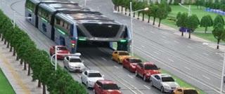 Une société chinoise veut tester un bus géant enjambeur pour réduire les embouteillages