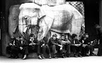Fiatal látogatók a budapesti állatkert főkapujánál, 1974 (Fotó: Fortepan)