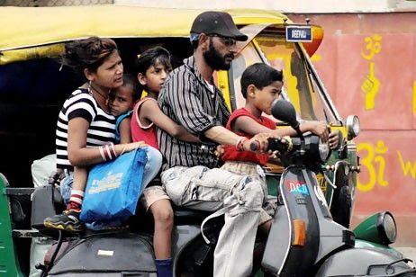 Индийская семья на скутере