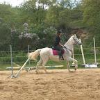 """Samia (jeune maman, galop 5). Ici sur la jument """"Farandole"""", durant sa remise en confiance a l'obstacle. Cavalière patiente, douce et très gentille, elle se consacre pour le moment a l'éducation de son fils mais espère pouvoir vite reprendre l'équitation ! Ici, les chevaux (comme les cavaliers ! ) seront toujours près a l'accueillir !"""