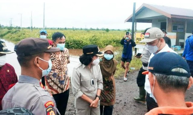Tinjau Banjir Musiman, Bupati Pulang Pisau Ajak Masyarakat Bersabar sampai Jembatan Selesai