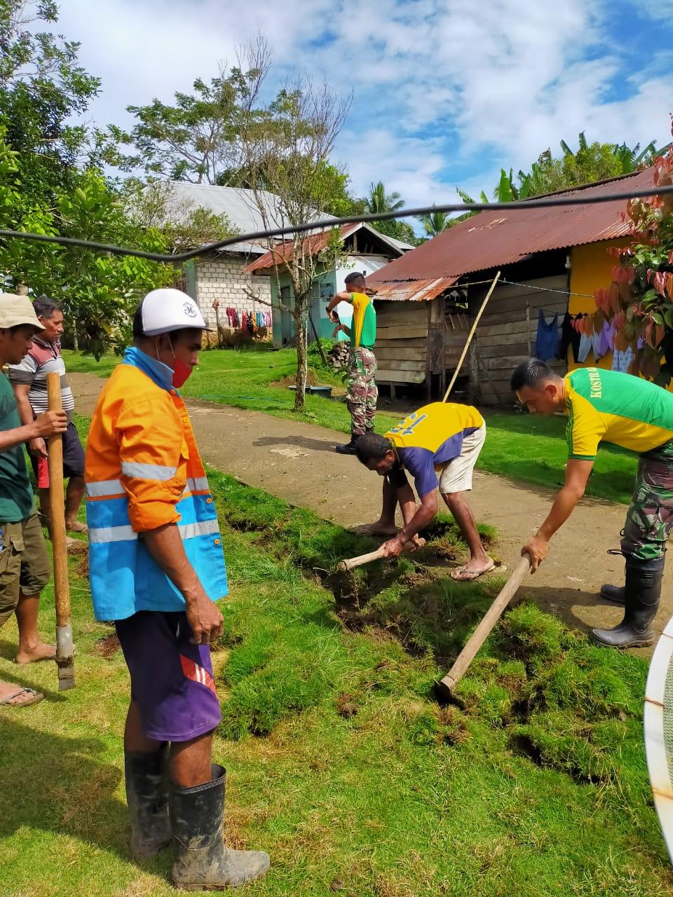 Satgas Yonarmed 9 Kostrad Melaksanakan Karya Bakti di Desa Tiowor, Halmahera Utara