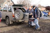 Člověk v tísni dopravil do Vodyane benzínový generátor, aby si s jeho pomocí místní lidé mohli svítit a dobíjet mobilní telefony. Vodyanoe, Ukrajina. Foto: Roman Lunin, Člověk v tísni