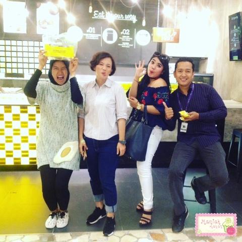 maniak-makan-hokkaido-baked-cheese-tart-team