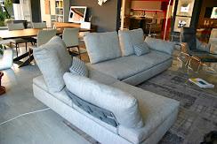 divano Limes Saba Italia in tessuto grigio visibile nella nostra espozizione di Zogno Bergamo, visto da dietro .JPG