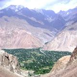 Le village de Vanj et la chaîne du Darvaz depuis la gorge de Gishkun, circa 1900 m, juillet 2008. Photo : J.-F. Charmeux