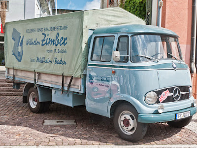 Ein alter Mercedes Lastwagen