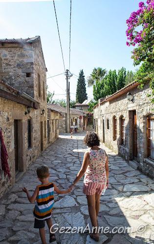 Eski Datça sokaklarında gezinirken