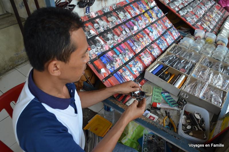 Semarapura market - Watch repairing