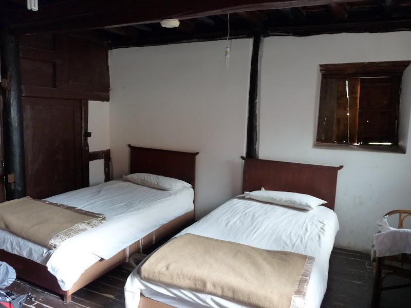 Chambre dans la demeure historique .Wu Family courtyard.... 99 chambres,108 portes (à l 'époque).chambre,3 lits, SdB sur le palier. 5 euros en juin