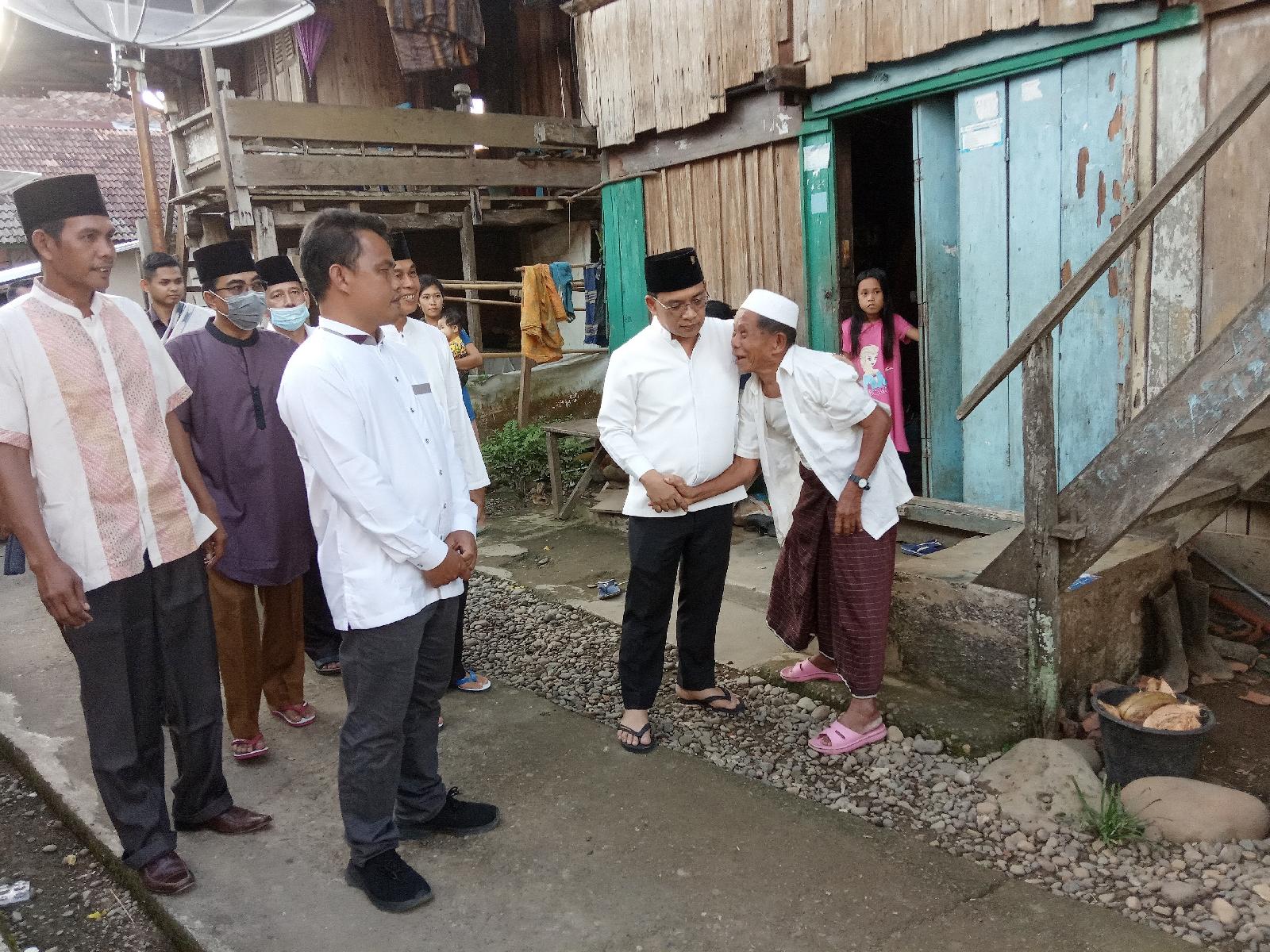 HDS memeluk warga lansia di Desa Pulau Kidak. (Poto/ari)