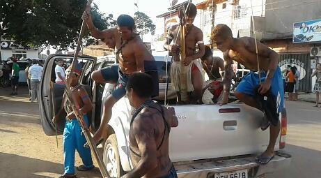 Em Itaituba Índios armados com arco e flecha se manifestam contra a construção das hidrelétricas