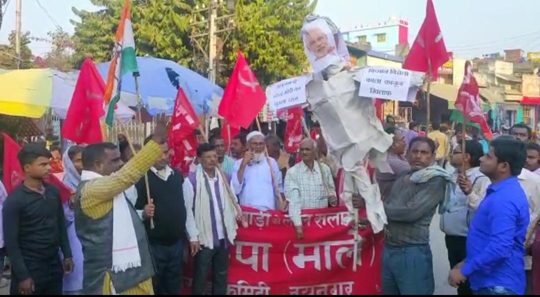 किसानों के आंदोलन मे सरकार के दमनकारी नितियो के खिलाफ प्रधानमंत्री का पुतला दहन!