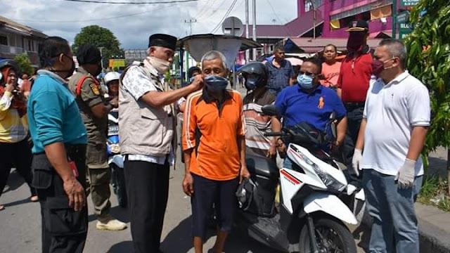 Foto: Wako Mahyeldi dan Kabag Prokopim Amrizal Rengganis. Padang Berhasil Putus 10 Klaster Virus Corona.