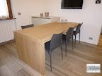 Osio Bergamo - cucina, particolare tavolo a penisola in rovere.JPG
