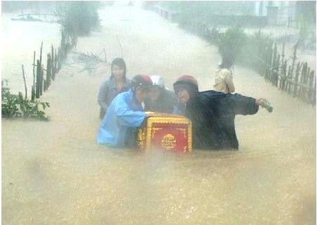 Ảnh đám tang trong mưa lũ