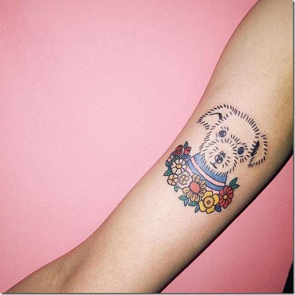 tatuaje_de_flor_en_tonos_azules_en_el_brazo