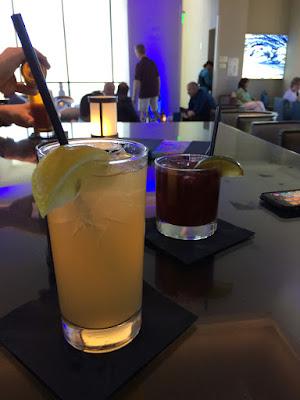 To glass med drinker.
