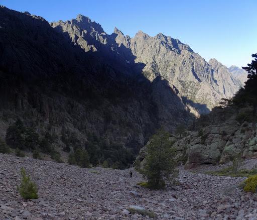 Remontée de Ghjarghje Rosse (Combe Rouge) devant le Monte Saltare, Paglia Orba, Tafonatu, ...