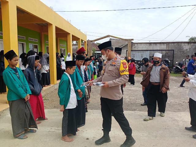 Cegah Penyebaran Covid-19, Polsek Pacet Bagikan Masker Kepada Ratusan Santri  di Cianjur