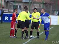 1 Az STK Somorja kapitánya, Pončák Vlado a játékvezetővel pacsizik a kezdés előtt.jpg