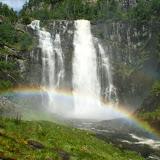 Een waterval onderweg (met regenboog); erg mooi.