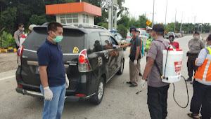 Cegah Penyebaran Covid-19 Kendaraan Yang Masuk Wilayah Serang Disemprot Disinfektan