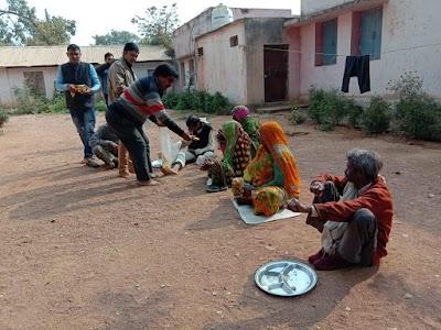 अन्नपूर्णा सेवा समिति ने बृद्धाश्रम जाकर कराया भोज