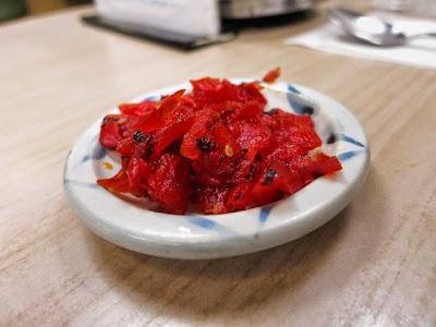 小皿に盛られた真っ赤な福神漬