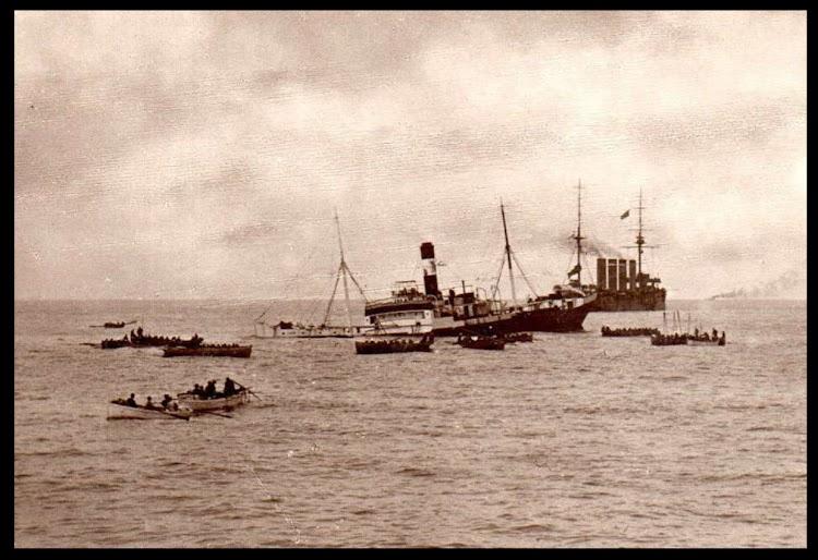 El UMBE tras la colisión recibiendo ayuda del buque que lo abordo. 1913. Web Wrecksite.bmp