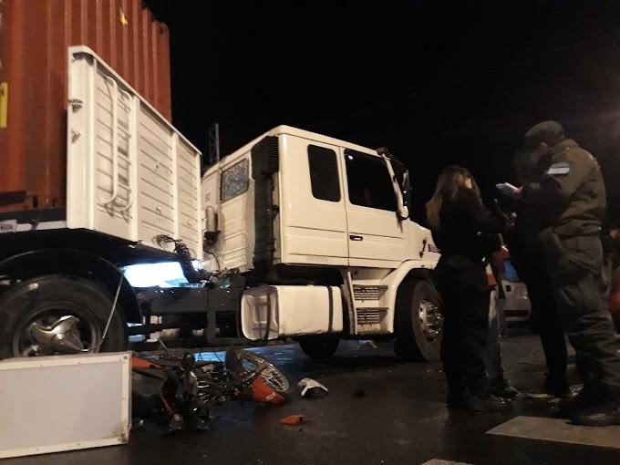 Un cadete fue embestido por un camión en Av. San Martin y Moreno