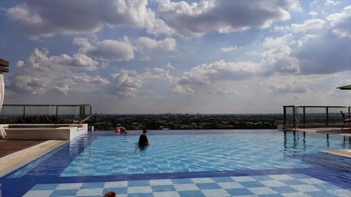 アンヘレスのホテル - セントラルパークタワーのプールの様子