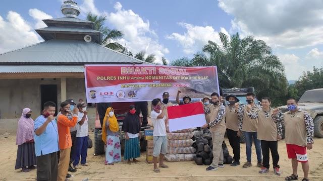 Telusuri Daerah Pedalaman, Kapolres Inhu Bagikan Sembako Dan Bendera Untuk Warga Talang Tanjung