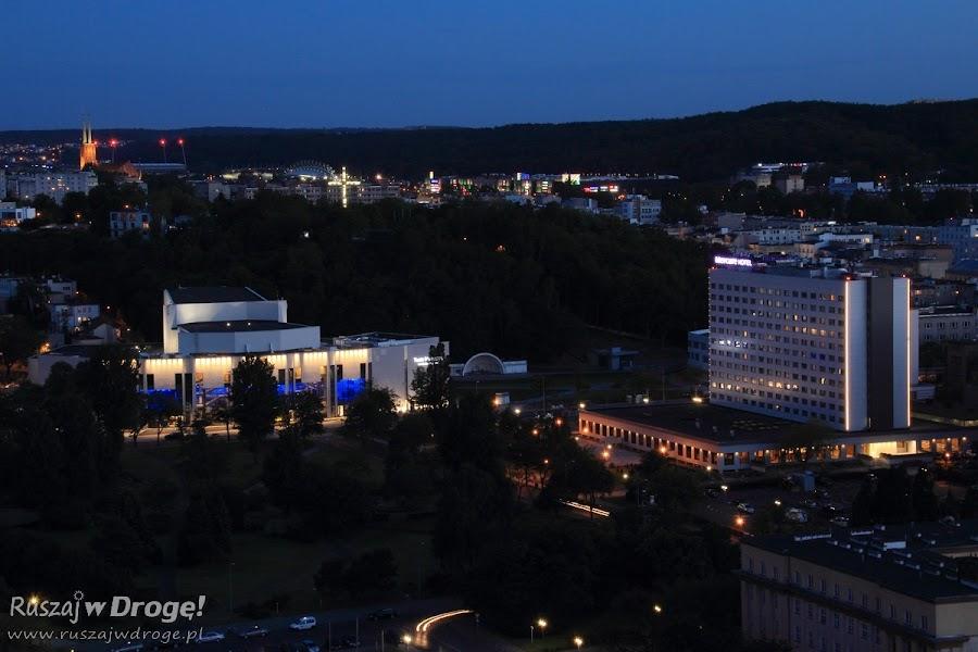 Gdynia nocą - Teatr Miejski i Hotel Mercure widok z Sea Towers