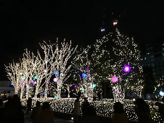 新宿のタイムズスクエアの丸い光る物体