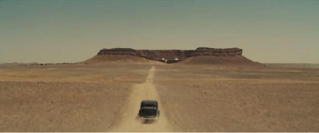 mobil melintas di tengah gurun