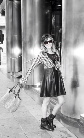 Vestido de capa negro. Outfit