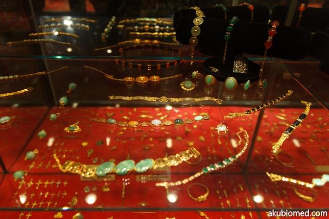 Koleksi barang kemas emas