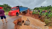 Fortes chuvas rompe MA-012, entre Esperantinópolis e São Roberto.