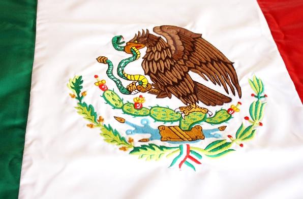 Imágenes del escudo de México bordado