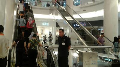 Petugas Keamanan Yang Slalu Siaga Di Mall Mewah Ini