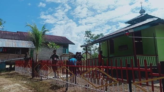 Perindah Tempat Ibadah, Satgas Pamtas Yonif 407/PK Bersama Warga Gotong Royong Pembuatan & Pengecatan Pagar Mushola